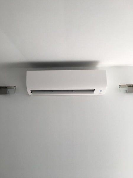 Realisatie Daikin Comfora airco warmtepomp luchtlucht bestaande uit 1 buitenunit en 1 binnenunit te Hoboken