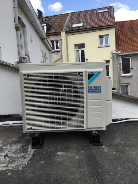 Realisatie Daikin Perfera airco warmtepomp luchtlucht bestaande uit 1 buitenunit en 2 binnenunits te Etterbeek