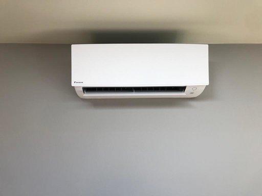 Realisatie Daikin airco warmtepomp luchtlucht bestaande uit 1 buitenunit en 1 binnenunit te Burcht