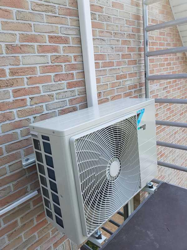 Realisatie Daikin airco warmtepomp luchtlucht bestaande uit 1 buitenunit en 1 binnenunit te Neerpelt