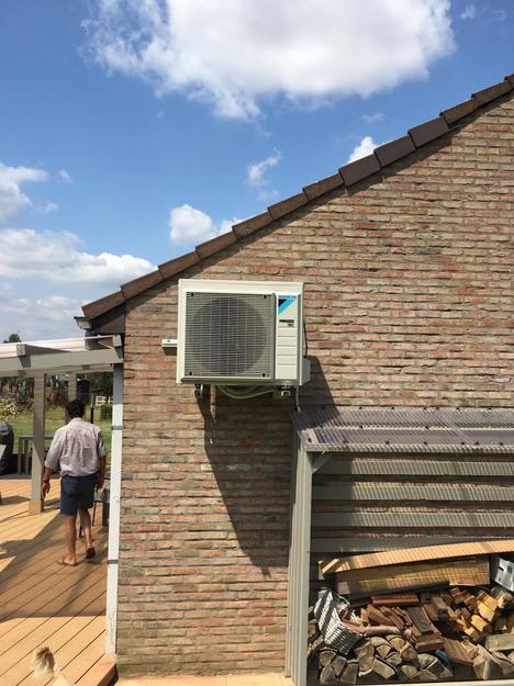Realisatie Daikin Stylish antraciet houtlook airco warmtepomp luchtlucht bestaande uit 1 buitenunit en 1 binnenunit te Beauvechain